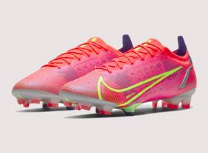 Et si vous profitiez des tout derniers crampons Nike pour votre prochaine saison de foot ? Pour homme, junior, femme, ou enfants, voici une sélection de chaussures de football pour tous. Que ce soit pour vos entraînements sur terrain synthétique ou matchs officiels sur gazons, nous avons sélectionné pour vous des modèles optimaux. Chaussez les nouvelles Nike Vapor Mercurial ou Nike Phantom et devenez le nouveau Kilian Mbappe par votre vitesse ou Cristiano Ronaldo par vos dribbles ! Vous cherchez une paire de chaussures de foot pas chères et confortables, le tout en promo ? Vous êtes au bon endroit. Besoin d'un look complet pour votre équipe de garçons ou filles ? Découvrez les dernières tenues Nike selon les couleurs de votre Club. Retrouvez également tous nos bons plans Nike en suivant notre actualité. Ekinsport vous offre le meilleur rapport qualité/prix en permanence : réductions et promotions Nike.