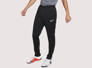 Restez performant grâce au pantalon de survêtement Nike. Conçu pour les professionnels le bas de survet de football est confectionné dans un tissu anti-transpiration extensible pour vous permettre de rester au sec pendant vos entrainements les plus intenses. Pratique et léger, le pantalon de survet Nike est muni : d'une ceinture élastique et d'un cordon pour l'adapter au contour de votre taille, et de zips au bas des jambes pour vous changer facilement, sans avoir à enlever vos crampons ou vos chaussures. Le pantalon de survetement pas cher vous permet de profiter d'un maximum de confort pendant les échauffements d'avant-match. Que ce soit pour se balader en ville ou faire du sport, le pantalon de survet homme est un indispensable. Vous recherchez un survêtement Nike pas cher pour votre équipe ? Découvrez un large choix de survet Nike sur Ekinsport. Conçu pour la vitesse, le survêt de foot s'adapte aussi à la pratique de tous les sports